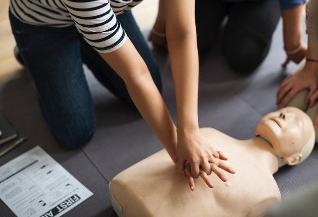 Czy warto podjąć studia na kierunku ratownictwo medyczne i jak się do nich przygotować?